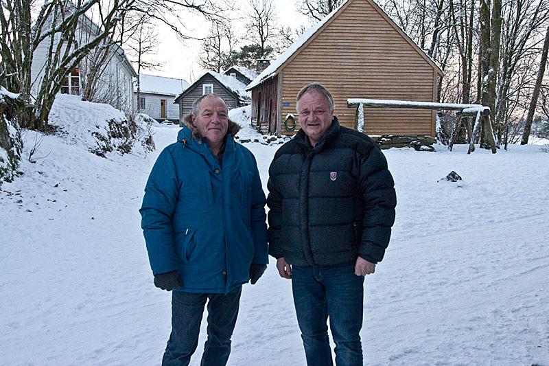 De hutrer i uvant vintervær, men formann Tormod Grahl-Madsen (t.v) og daglig leder Trond Hansen lover at snøen og isen på Fanafjorden er borte når det arrangeres grillfest her på Hordamuseet i juni. Foto: Knut Randem.